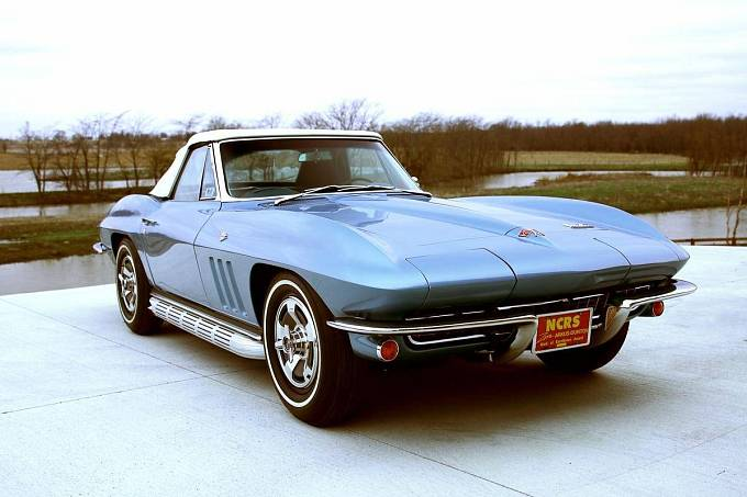 Posel z budoucnosti cestoval v kabrioletu Chevrolet Corvette.
