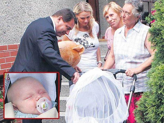 Rodina pospolu. Jiří Paroubek s Kristýnou Kumorovou, její maminkou a babičkou nad kočárkem se spící Viktorkou.