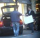 Ondřej jako gentleman odnesl nákupy do auta.