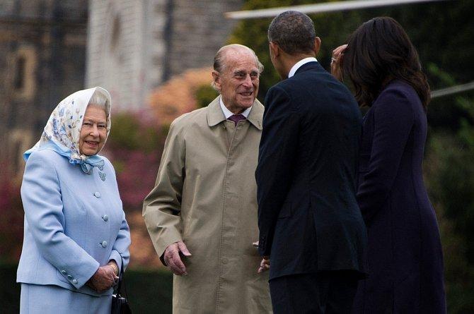 V roce 2017 se princ Filip stáhl z veřejného života a královnu na veřejnosti doprovází jen sporadicky.
