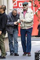 Na ulici občas herec působí zmateně.