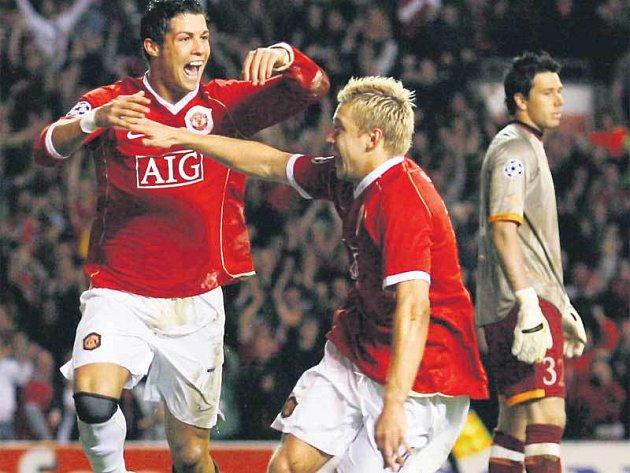 Útočník Cristiano Ronaldo (vlevo) se raduje s Alanem Smithem z pátého gólu v síti Římanů.