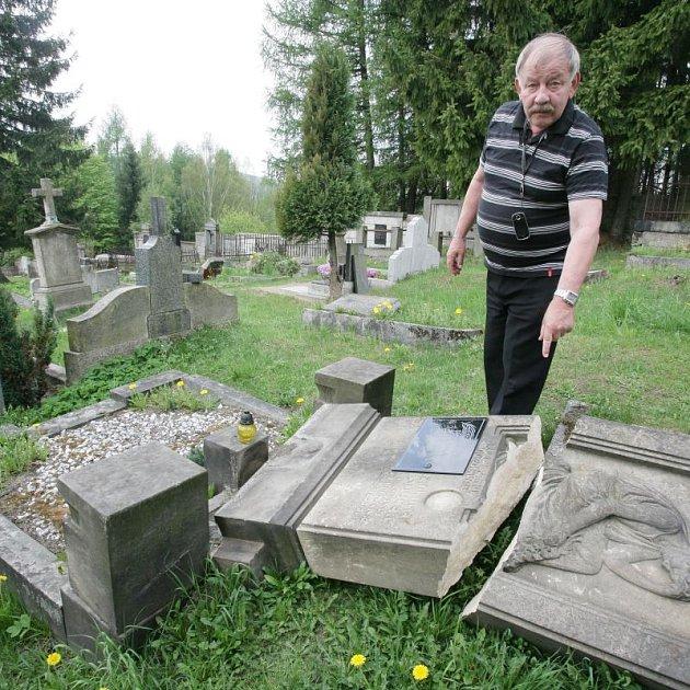 Majitel tanvaldské pohřební služby Josef Matura nám ukázal strašlivou spoušť na 350 let starém tanvaldském hřbitově.