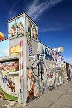 Zeď v East Side Gallery se proměnila v jedno velké sprejerské plátno.