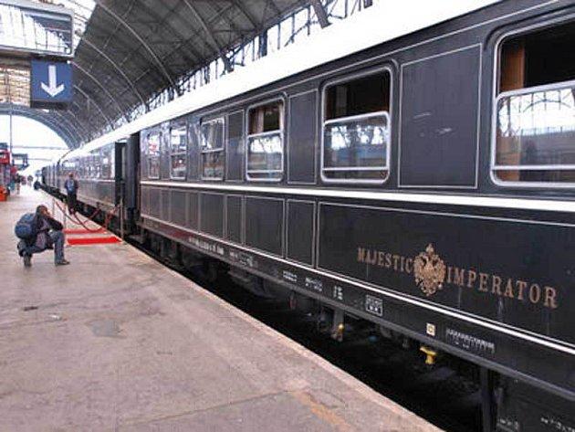 Jak jinak, do unikátního vlaku se nastupuje po červeném koberci.