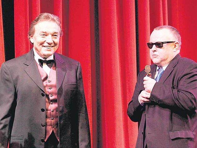 Karel Gott v klipu kapely Doctor P.P. předal zpívajícímu právníkovi Petru Pečenému slavíka.