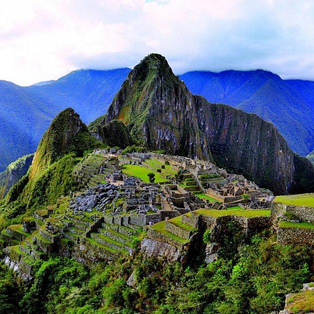 Klasický pohled. Hora v pozadí se ovšem jmenuje Huayna Picchu, Mladý vrchol. Vrchol Machu Picchu je za zády fotografa.