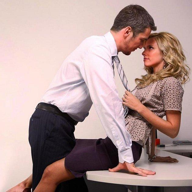 Stačí krásná žena a muži se přestanou chovat normálním způsobem.