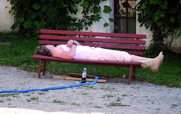 Tomáš Klus pauzy mezi natáčením prospal na lavičce.