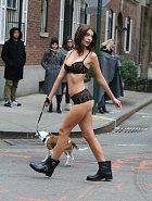 Po ulicích New Yorku korzovala jen v prádle!