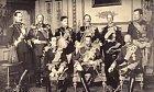 Fotografie králů Evropy v roce 1910. Zleva: Stojící: Haakon VII. (Norsko), Ferdinand I. (Bulharsko), Manuel II. (Portugalsko), Vilém II. (Prusko), Jiří I. (Řecko), Albert I. (Belgie), sedící: Alfons XIII. (Španělsko), Jiří V. (VB), Frederik VIII. (Dánsko)