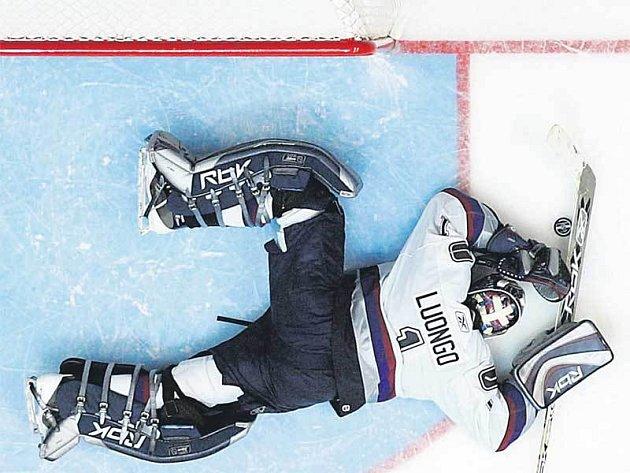Hotovo! Gólman Vancouveru Roberto leží jako mrtvola, právě dostal rozhodující gól.