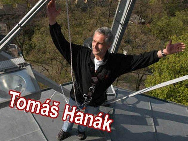 Tomáš Hanák pokřtil skautský šátek na Petřínské rozhledně.