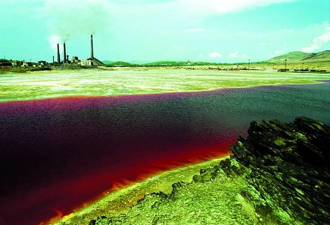 Kolem jezera Karačaj ařeky Teči jsou stále výstražné nápisy. Pobyt zde je životu nebezpečný.