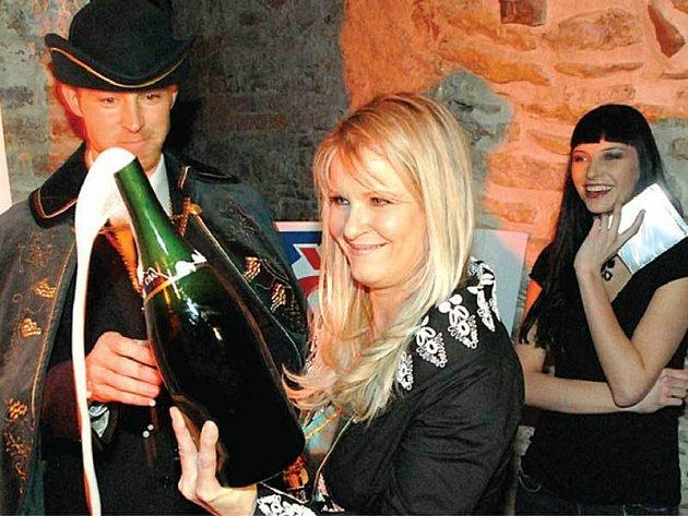 Chantal Poullain pokřtila své šansony pořádnou lahví sektu.