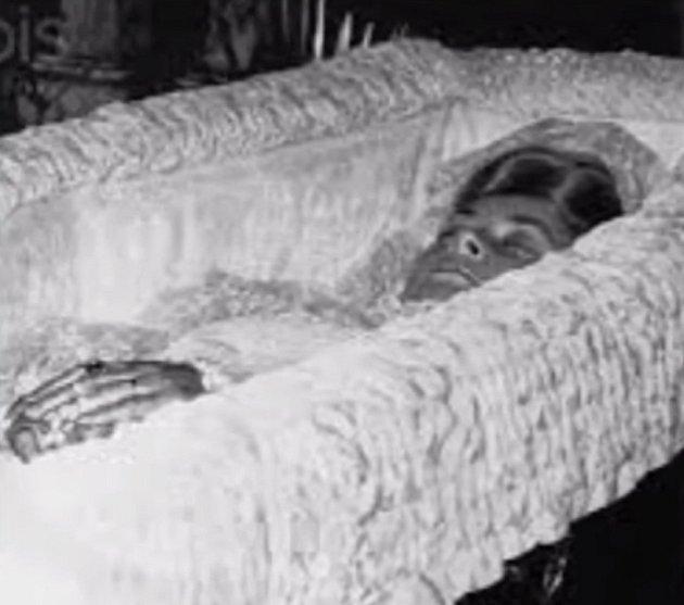 VPaříži, když ji pronásledovali papparazzi, ujížděla jim a vtunelu se její taxi vybouralo. Diana zemřela a toto je poslední fotka zrakve. Dodneška kolují fámy, že za její smrtí stojí někdo zkrálovské rodiny.