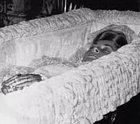 V Paříži, když ji pronásledovali papparazzi, ujížděla jim a v tunelu se její taxi vybouralo. Diana zemřela a toto je poslední fotka z rakve. Dodneška kolují fámy, že za její smrtí stojí někdo z královské rodiny.
