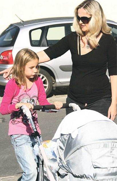 Na fotbal přivezla Matyáše jeho starší sestra Viktorka smaminkou Lindou Finkovou.
