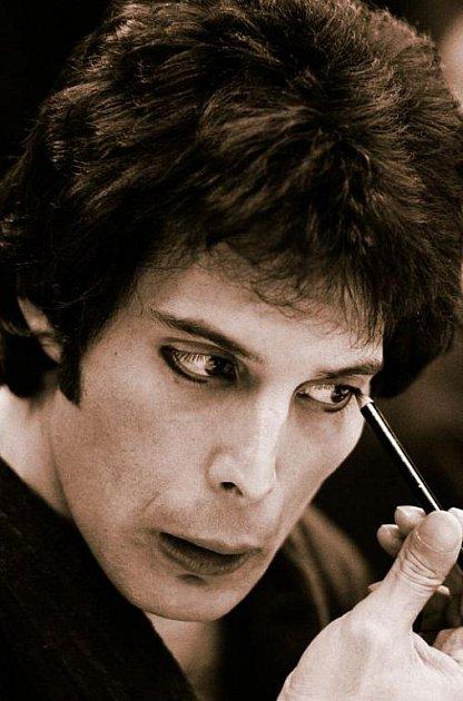Freddie se vyžíval ve výrazném líčení.
