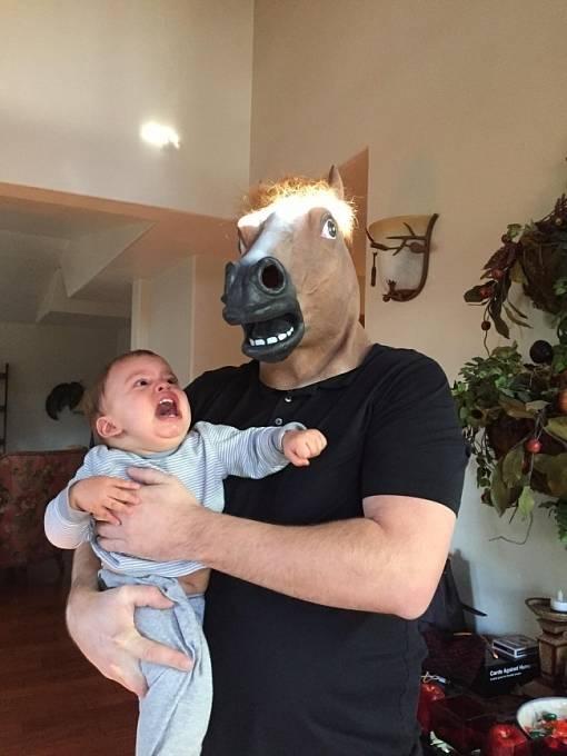 Synovec se právě seznámil se strýčkem Johnem. Evidentně si padli do oka.