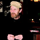 Jirka Schmitzer si v restauraci každou chvíli ubalil cigaretu.