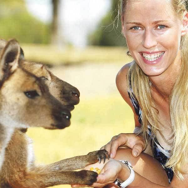 Klokánku, dej mi pac. Dementěvová si v zoo prohlížela australská zvířátka.