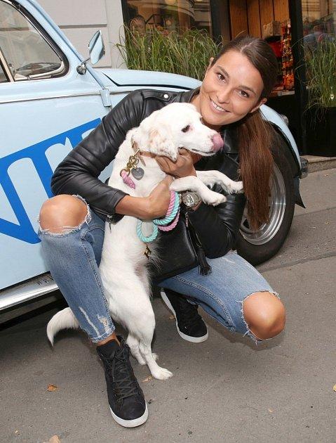 Nikol Švantnerová si vzala psa zútulku.