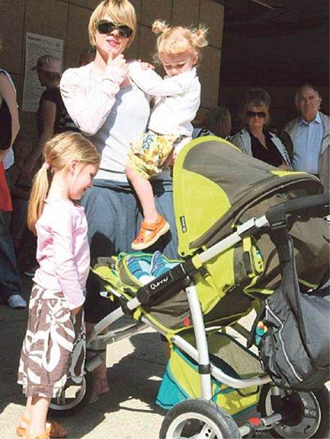 Linda Rybová vzala ssebou své tři děti - dcery Josefínu, Rozárku a čtyřměsíčního Františka.