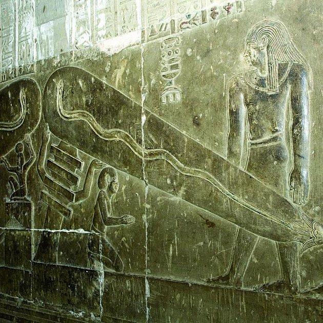 Podivné reliéfy stále nenalezly své vysvětlení.