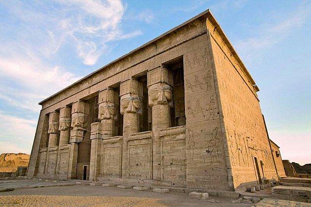 Impozantní průčelí Hathořina chrámu.
