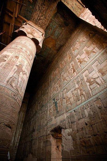 Interiér chrámu je bohatě vyzdoben hieroglyfy.