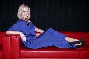 Kateřina Zemanová na gauči
