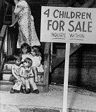 Čtyři děti na prodej, hlásá cedule před domem (1948)