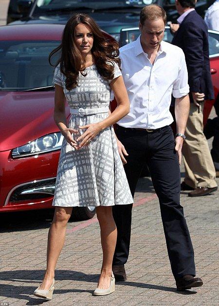 Kate má boty na klínku voblibě.