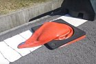 Oranžové fleky na silnici nejspíš byly původně kužely.