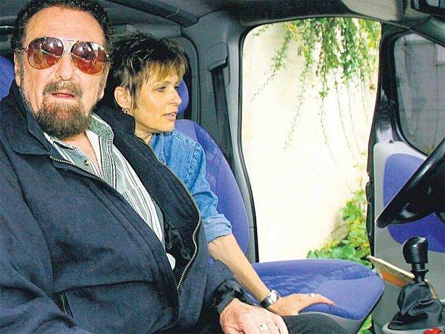 Řitka, pátek 9.15. Matuška s rodinou odjíždí na letiště.