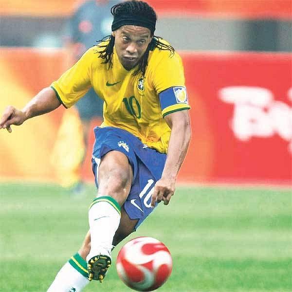 Uhrančivý pohled a zázračná pravačka. Jeho veličenstvo Ronaldinho se dalo do díla...