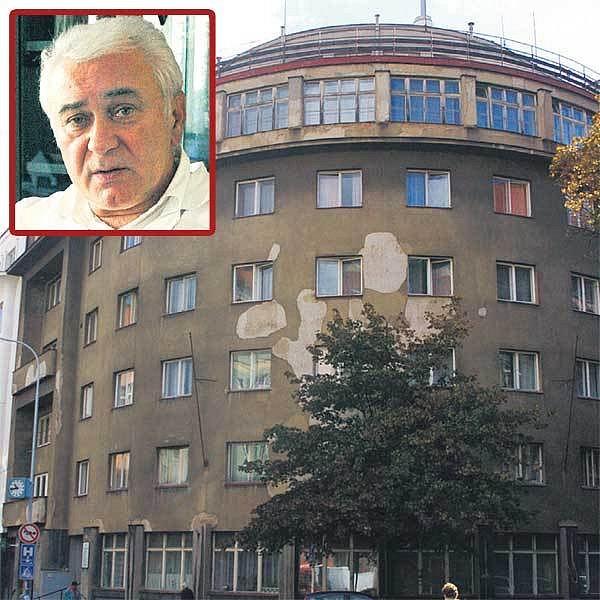 Na první pohled budova nemocnice chátrá, na opravu prý nejsou peníze, říká primář František Dušek (ve výřezu).
