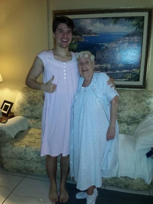 Babička se před rodinou styděla nosit noční košili, tak ji vnuk podpořil. Prý to bylo překvapivě příjemné. Víc než pyžamo.