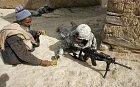 Afgánec nabízí čaj vojákům, kteří jsou u jeho domu.