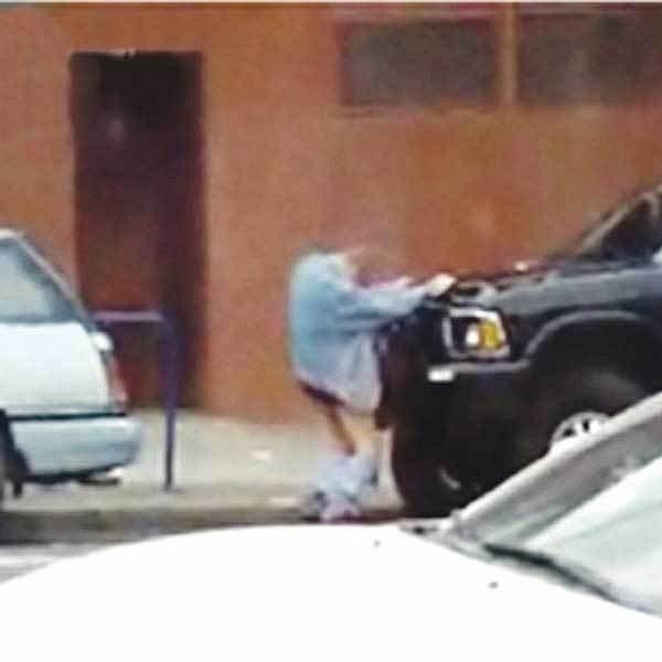 Opilý Brit se rozhodl povyrazit si s autem....