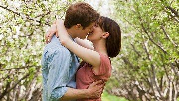 Nemusí to být jen jabloň nebo třešeň. Svému zdraví posloužíte polibkem pod jakýmkoli pučícím stromem.