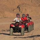 Výlet na čtyřkolkách do rozpálených dun? Častá zábava turistů...