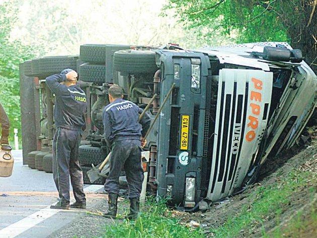 Hrozivě vypadající nehoda zaměstnávala hasiče několik hodin.