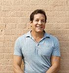 Steve Guttenberg je herec, jehož rošťácký vzhled mu po mnoho desetiletí zajišťoval role hodných rebelů. Od devadesátých let jeho obličej pomalu upadá v zapomnění.