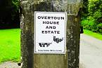 Uvítací cedule u vstupu na panství Overtoun