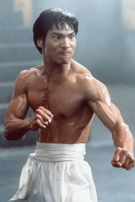 Vživotopisném filmu Dračí život Bruce Lee (1993) hrál hlavní roli Jason Scott Lee.