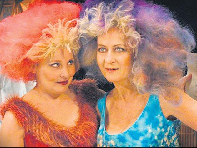 Veronika Gajerová (nalevo) se Simonou Stašovou vdivadle ABC