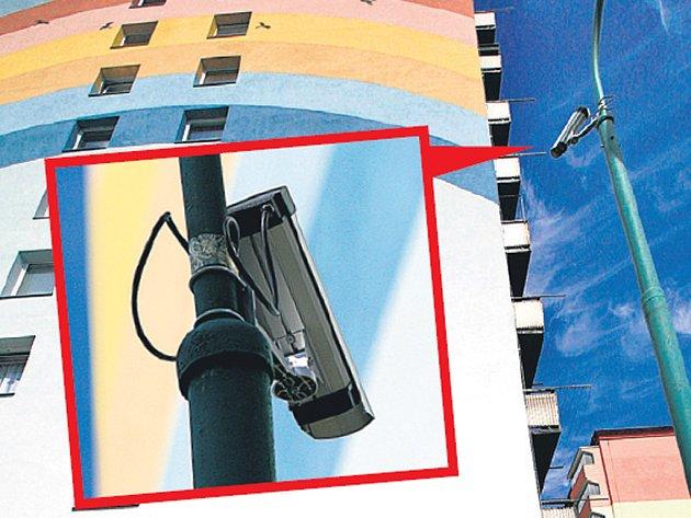Kamery na sloupech snímají dům na jihlavském sídlišti. Mají pomoci dopadnout sprejery, kteří by ničili omítky.