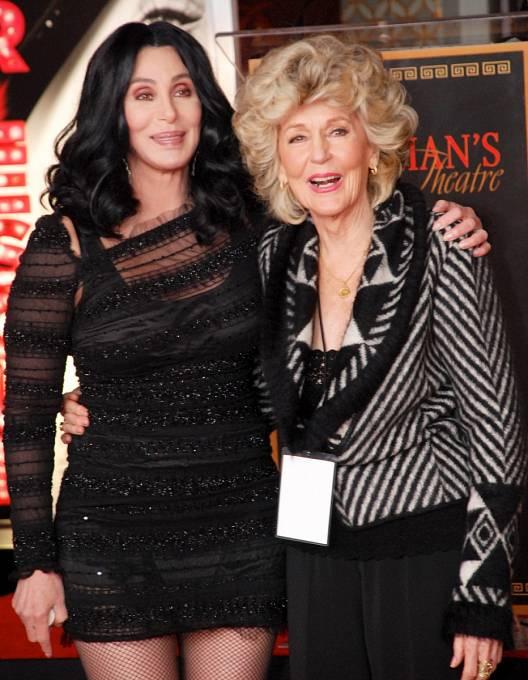64 let: Cher stehdy 84letou matkou Jackie.